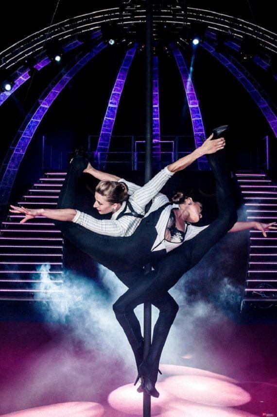 Female duo acrobats for ceremony