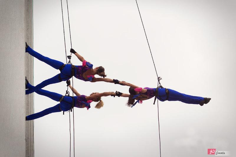 Building walkers – extreme show for corporate events