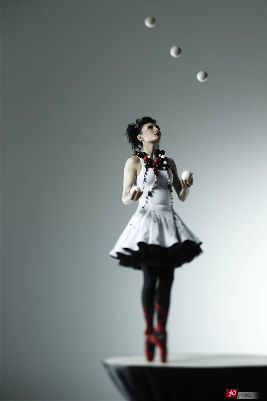 Juggling ballerina for drink receptions