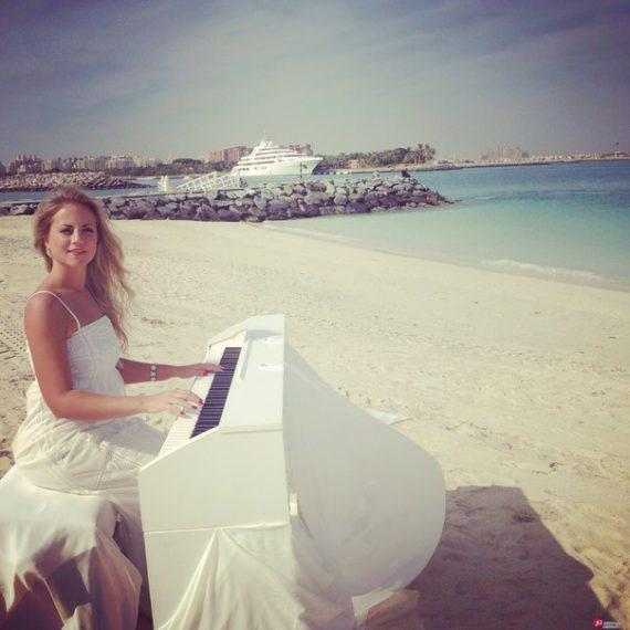 Female pianist for wedding ceremonies