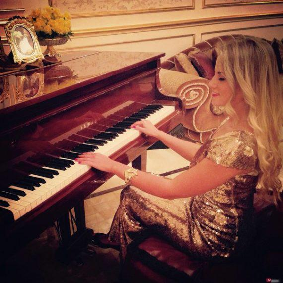 Female pianist for gala dinners