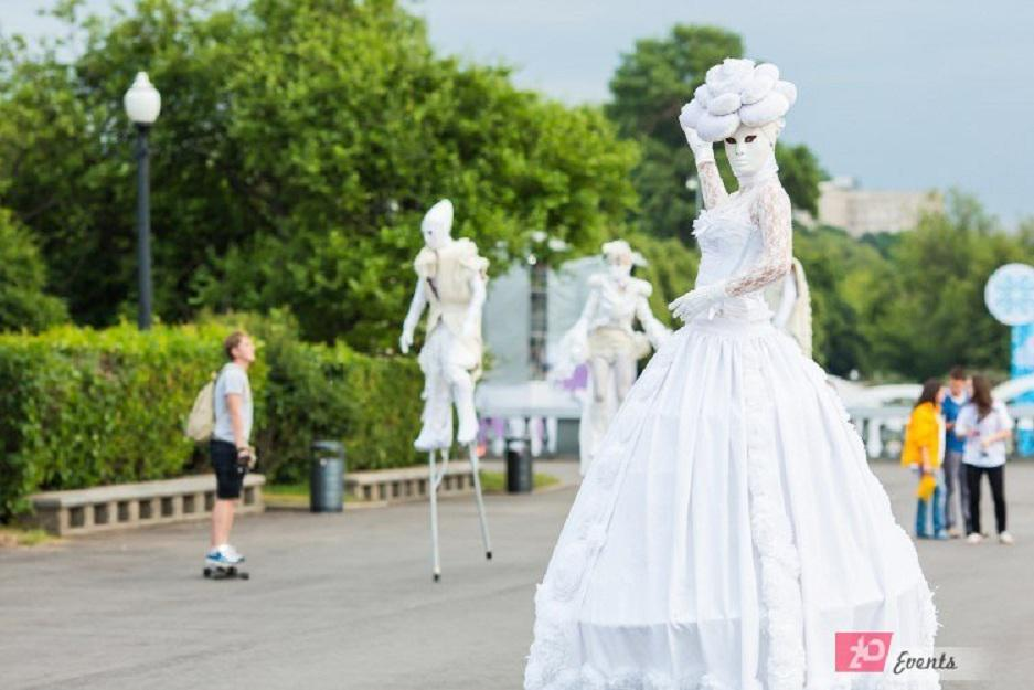 Stilt walkers theatre for promotions