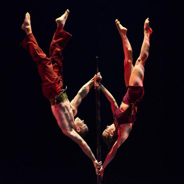 Acrobat duo – flag act for corporate events