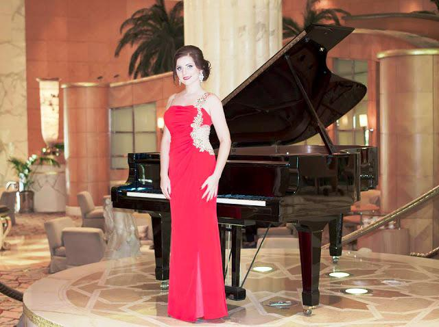 Female piano player for gala dinners