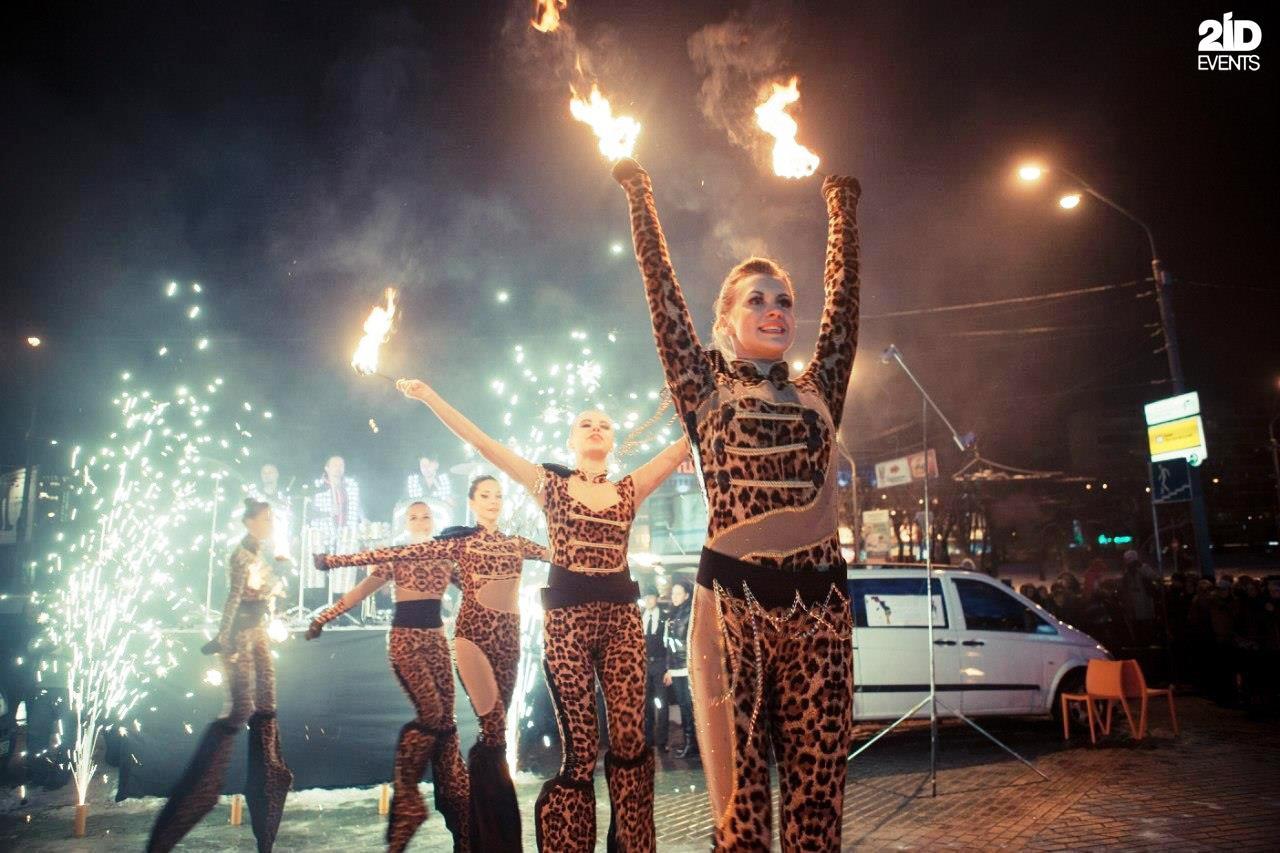 Stilt walkers fire show for festivals
