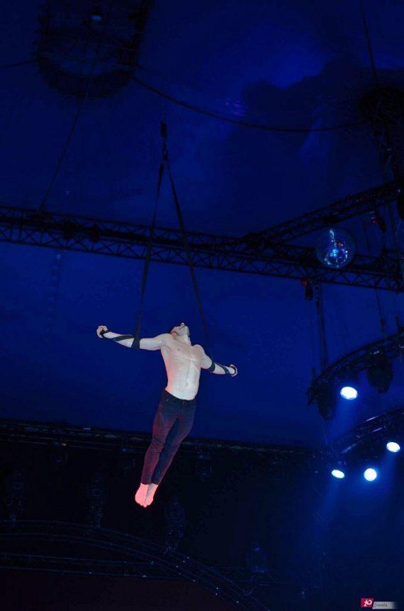 Aerial straps act in Dubai