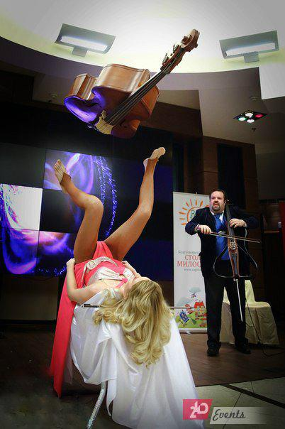 Contrabass juggler in Dubai