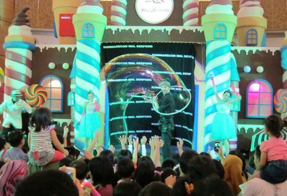 Giant bubble show in Dubai