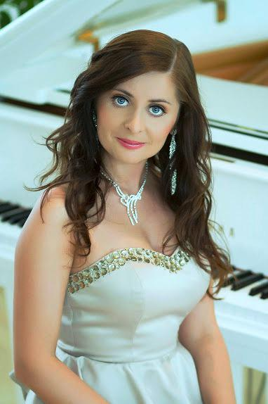 Female piano player in Dubai