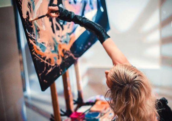Female speed painter in Dubai