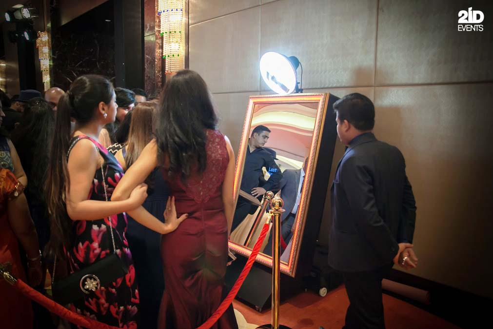 2ID - MIRROR PHOTO BOOTH FOR THE CORPORATE EVENT