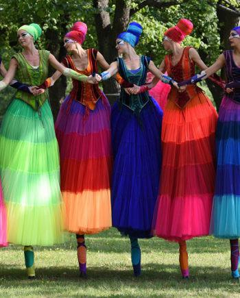 BALLERINAS ON STILTS IN DUBAI